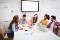 工友谈论在会议在创造性的办公室 库存图片