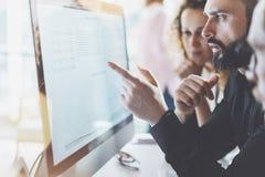 工友队图片在现代办公室 项目负责人工作新的想法 与起动的年轻企业乘员组讨论 免版税库存照片