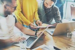 工友队工作现代办公室地方 显示新的企业想法起动介绍的帐户经理 妇女藏品 免版税库存图片