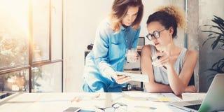 工友队工作过程现代内部顶楼办公室 做巨大决定新的想法的创造性的生产商 年轻 免版税库存照片