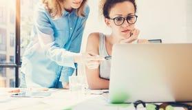 工友队工作过程现代办公室顶楼 做巨大决定新的创造性的想法的生产商 年轻企业乘员组 免版税库存照片
