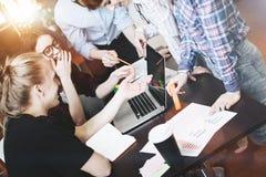 工友队 讨论新的项目 群策群力年轻事务在一个现代办公室合作 免版税库存照片