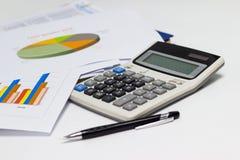 工商业票据图表和笔与图报告,计算器在财政规划书桌上  免版税库存图片