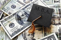 工商管理硕士毕业在现金的rad盖帽 库存图片