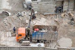 工地工作残骸撤除 有起重机装货的卡车废金属的 库存照片
