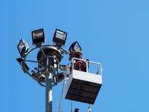 工地工作的建筑工人使用举的景气机械 免版税库存照片