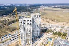 工地工作的空中全景图象有多层的公寓和起重机的 免版税库存图片