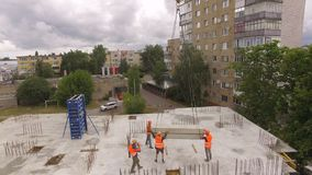 工地工作的空中建设进程 工程师抬头和城市 股票录像