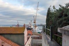 工地工作,集装箱码头口岸起重机 图库摄影
