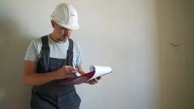 工地工作Engineerer与图纸一起使用 股票录像