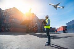 工头控制装货从货物货物船的容器箱子 库存照片