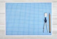 工程学分切器、铅笔和橡皮擦在一张图纸在顶视图 库存图片