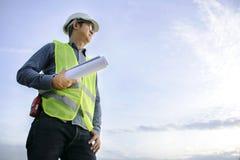 工程学是在工作的常设检查 通过拿着PR 免版税库存照片