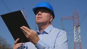 工程师与剪贴板的图象工作在手中 免版税库存图片