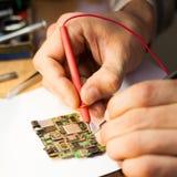 工程师与PCB一起使用 免版税库存照片