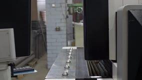 工程师为切开金属板调整机器 股票录像