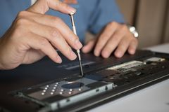 工程师修理膝上型计算机个人计算机、计算机和主板 图库摄影