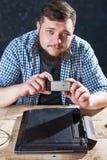 工程师做射击膝上型计算机在电话照相机 免版税库存照片
