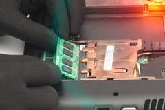 工程师做折除拆卸和修理的膝上型计算机RAM 免版税库存照片