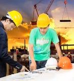 工程师和工作者供以人员工作在楼房建筑站点wi 免版税库存照片