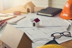 工程师和建筑师概念、议院模型和图纸 免版税图库摄影