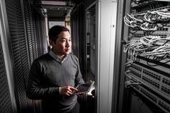 年轻工程师商人在服务器屋子里 免版税图库摄影
