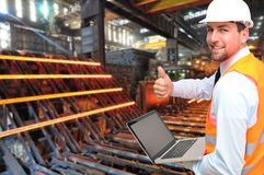 工程师在一个钢铁厂工作-金属化在industr的生产 库存照片