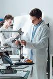 工程师在使用3D打印机的实验室 免版税库存照片