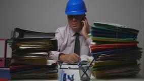 工程师在技术档案里谈话与手机 免版税图库摄影