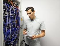 工程师在网络服务系统室 库存照片
