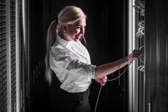年轻工程师女实业家在服务器屋子里 库存照片