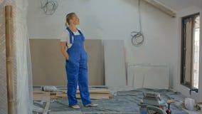 工程师妇女在建造场所的工作 股票视频