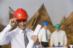 工程师安全帽他打翻 免版税库存图片