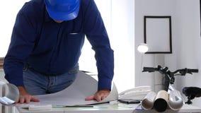 工程师工作在开放办公室的屋子里项目阅读和写技术声明 影视素材