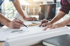 工程师或建筑师会议的建筑和结构概念项目工程的与伙伴和工程学工具 免版税库存照片