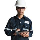 工程师或技术员白色盔甲,玻璃和蓝色工作的 库存图片
