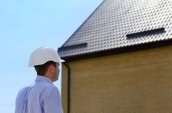 工程师或检查屋顶的房屋检查员 库存照片