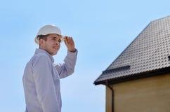 工程师或检查屋顶的房屋检查员 免版税库存照片