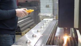 工程师控制在CNC激光机器的金属切削过程 影视素材