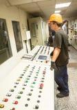 工程师操作生产传动机 免版税库存照片