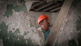 工程师检查建筑1的设施 影视素材