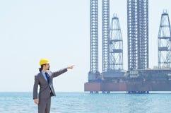 工程师油海边 免版税库存图片