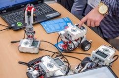 工程师测试了可编程序的机器人乐高玩具 免版税库存照片