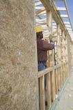 工程师测量的窗架 免版税图库摄影