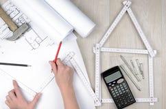 工程师的手与在项目图画的工具一起使用 免版税图库摄影