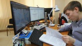工程师看文件并且画与计算机程序 股票录像