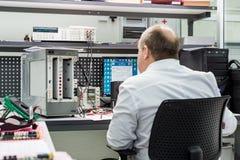 工程师进行完成的电子模块的测试 测试和调整的实验室电子 免版税库存图片