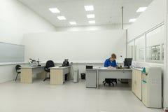 工程师进行完成的电子模块的测试 测试和调整的实验室电子 图库摄影