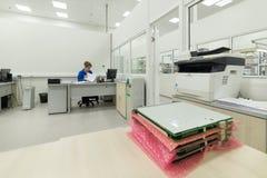 工程师进行完成的电子模块的测试 测试和调整的实验室电子 库存图片