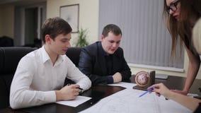 工程师队谈论图纸在会议上 影视素材